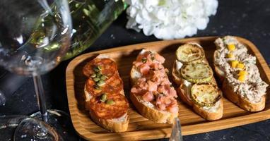 antipasto di pane tostato con pesce