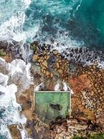 vista aerea delle onde che si infrangono sulle rocce