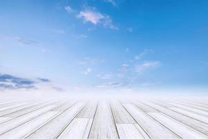 pavimento in legno con sfondo cielo