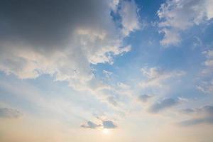cielo azzurro e nuvole al tramonto foto