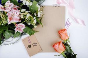 vista dall'alto di un bouquet di fiori di alstroemeria di colore rosa