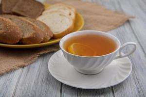 vista laterale di una tazza di toddy caldo sul piattino foto