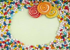 vista dall'alto di lecca-lecca colorati e caramelle foto