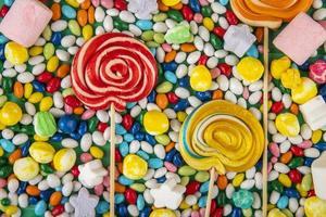 vista dall'alto di lecca-lecca colorati foto