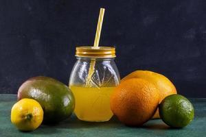 vista frontale di mango e succo di frutta foto