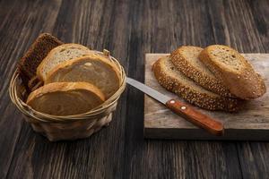 vista laterale di fette di pane