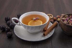 vista laterale della tazza di toddy caldo con il limone foto