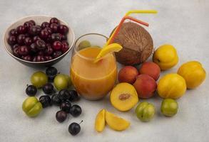 vista dall'alto di frutta fresca e succhi