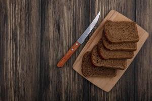 vista dall'alto di fette di pane di segale sul tagliere