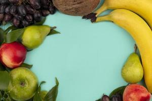 vista dall'alto di frutta su sfondo blu con copia spazio foto