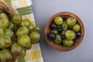 vista dall'alto di acini d'uva in una ciotola