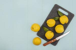 vista dall'alto di pesche fresche gialle su un tagliere di cucina