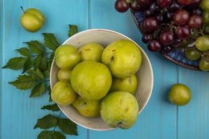 vista dall'alto di pluots verdi e uva