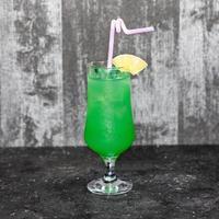 bevanda verde con un ananas