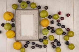 vista dall'alto di frutta fresca e cornice in legno