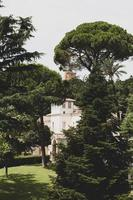 roma, italia, 2020 - edificio in cemento circondato da alberi