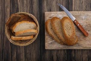 vista dall'alto di pane a fette pannocchia con semi marrone
