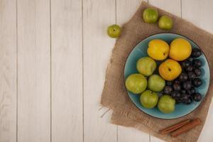 vista dall'alto di frutta fresca su un piatto blu