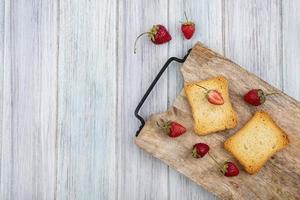 vista dall'alto di fragole fresche con fette di pane tostato