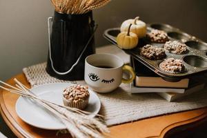muffin su un piatto grigio su un tavolo marrone