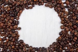 vista dall'alto di chicchi di caffè freschi isolati su uno sfondo bianco con spazio di copia