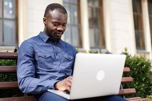 uomo felice lavora sul suo laptop