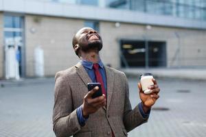 felice uomo afroamericano sembra fortunato foto