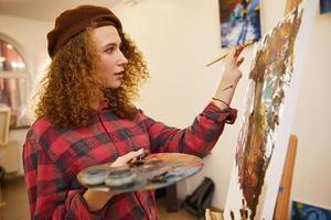 artista che dipinge una tela foto
