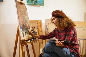 artista che dipinge nel suo studio foto