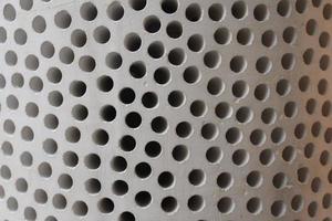primo piano di una struttura forata bianca foto
