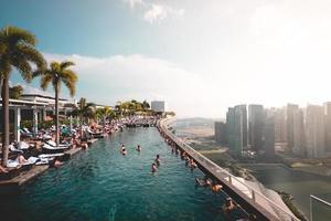 singapore, 2018: i viaggiatori nuotano al marina bay sands hotel