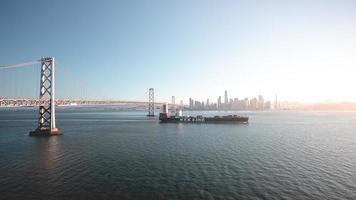 san fransisco, ca 2018-nyk nave portacontainer noleggia le acque della baia foto