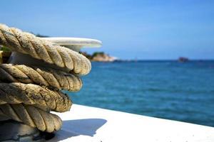 asia nella corda della nave bianca dell'isola della baia di kho tao foto