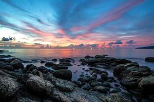 vista sul mare durante il tramonto. bellissimo paesaggio marino naturale foto