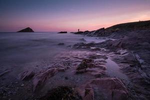 tranquillo paesaggio marino al crepuscolo con silhouette di pescatore
