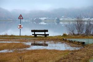 panchina in riva al lago foto