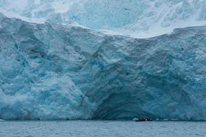 enorme tour del ghiacciaio e dello zodiaco in Antartide