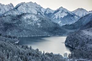 Schwansee in inverno, Alpi Bavaresi, Germania foto
