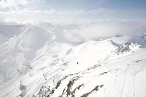montagna coperta di neve sotto una spessa nuvola