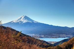 bellissimo mt. fuji da un picco mitsu vicino al lago kawaguchiko foto