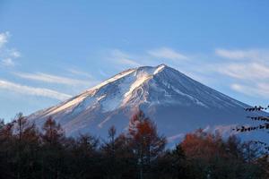 bellissimo mt. fuji da un vicino lago kawaguchiko foto