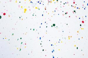 goccioline dell'acquerello su carta bianca