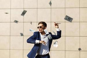dollari che volano intorno a un uomo d'affari