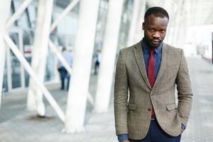 uomo in giacca e cravatta foto