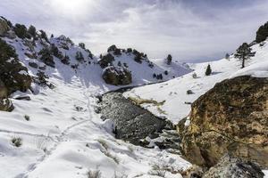 valle del fiume attraverso le montagne durante il giorno