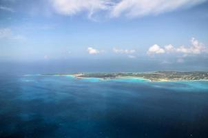 isola sotto il cielo blu