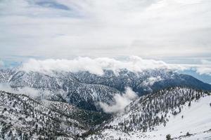 mt. ciotola baldy coperta di neve in california