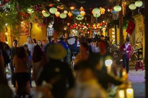 hoi an, vietnam, 2016: persone che camminano per le strade di notte