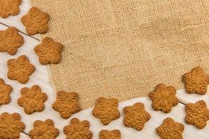 biscotti di pan di zenzero fiocco di neve con tela di sacco