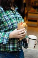 donna che tiene panino